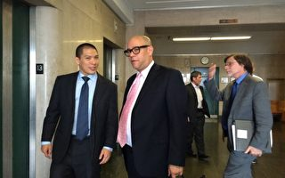 华裔律师于本杰明(左)及其法律助理努涅斯(Jose Nunez,左二)步出法庭,面带喜色。 (蔡溶/大纪元)