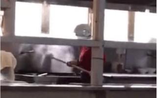西安電子科技大學老校區東區食堂一名餐廳工作人員在熱水鍋裡涮拖把。(網絡圖片)