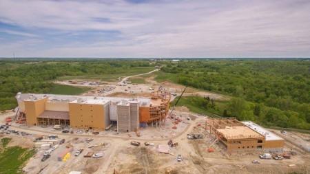 """澳洲布里斯本男子哈姆(Ken Ham)正在美国打造一艘诺亚方舟。方舟由私人投资一亿元,位于美国肯塔基州(Kentucky),将于七月份对外开放。图为正在建造的""""遇见方舟""""。(Ken Ham脸书)"""