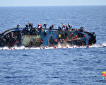 一艘难民船25日在跨越地中海时翻覆。 (AFP)