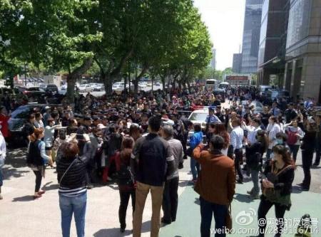 大陸今年高考減招引發江蘇、黑龍江等十餘城市上萬名家長抗議。圖為5月116日南京抗議現場。(網絡圖片)