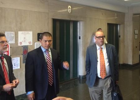 (左起)努涅斯的代表律師、于本杰明、努涅斯離開法庭。 (蔡溶/大紀元)