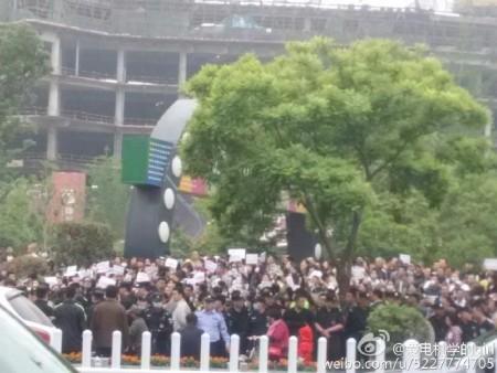 大陸今年高考減招引發江蘇、黑龍江等十餘城市上萬名家長抗議。圖為5月14日徐州抗議現場。(網絡圖片)