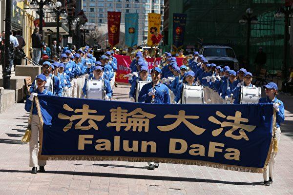 法轮功学员当天以天国乐团游行、歌舞和真相展的方式庆祝法轮大法弘传世界二十四周年。 (任侨生/大纪元)