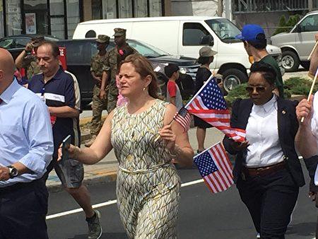 纽约市议会议长玛丽桃在游行队伍中。