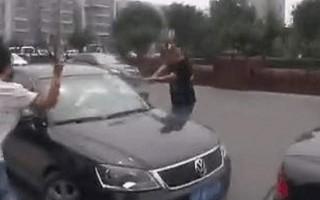 近日,网络上流传一段视频,记录了北京公安便衣在当街拦车抓人的场景。片中多名便衣警察手持球棍猛砸疑犯车窗、狂殴疑犯,让人分不清谁是警,谁是匪。(视频截图)