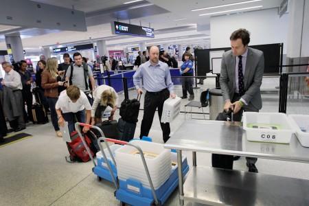 亚特兰大机场旅客安检人潮汹涌,安检区在5月关闭一部分以更新设施提高效率。(Getty Images)