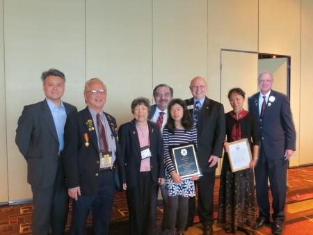 圖:榮獲世界和平海報賽優秀獎的王丹玫(右四)領獎后同發獎人合影。右三爲國際理事湯普生。(獅子會提供)