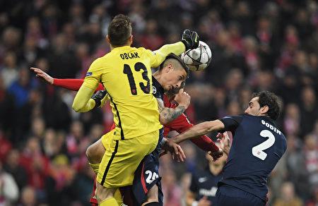 马竞顶住了拜仁的狂轰滥炸,凭借客场进球优势晋级。图为马竞球员在门前争球瞬间。 (Matthias Hangst/Bongarts/Getty Images)