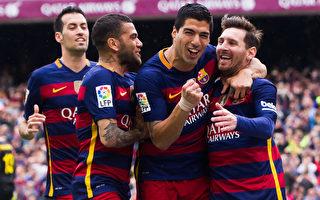 """凭借梅西(右)任意球破门和苏亚雷斯(右二)""""梅开二度"""",巴萨五球大胜西班牙人。(Alex Caparros/Getty Images)"""