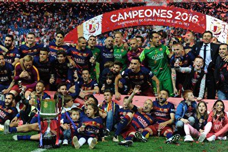 衛冕冠軍巴塞羅那戰勝塞維利亞,第28次贏得西班牙國王盃。(JOSEP LAGO/AFP/Getty Images)