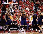 骑士队以总比分4比2淘汰猛龙,连续第二年晋级NBA总决赛。(Vaughn Ridley/Getty Images)