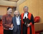 黄星翘法官(右)与夫人Bev Wong(左一)和岳母合影,庆贺黄星翘荣耀退休。(邱晨/大纪元)