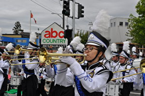 图:5月23日,维多利亚日庆典大游行的游行队伍正在表演。(唐风/大纪元)
