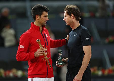 世界第一德约科维奇(左)苦战三盘击败卫冕冠军穆雷(右),登顶马德里大师赛。 (Clive Brunskill/Getty Images)