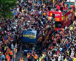 夺得俱乐部第24个西甲冠军后,巴塞罗那举行了盛大的庆祝游行。(Alex Caparros/Getty Images)