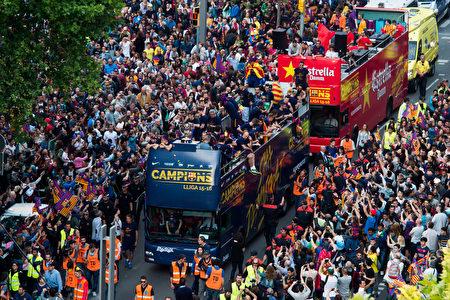 奪得俱樂部第24個西甲冠軍後,巴塞羅那舉行了盛大的慶祝遊行。(Alex Caparros/Getty Images)