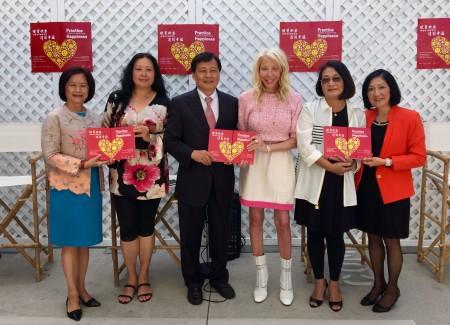 《練習快樂,達到幸福》作者陳小鳴(左一)、鄭靜雯(左二)、陶家琪(右一)、雷洛美(右二)。左三為聖馬力諾市副市長孫國泰,右三為Lemmon Hill家居精品店創辦人 Cathy Arkley女士。(蘇湘嵐/大紀元)