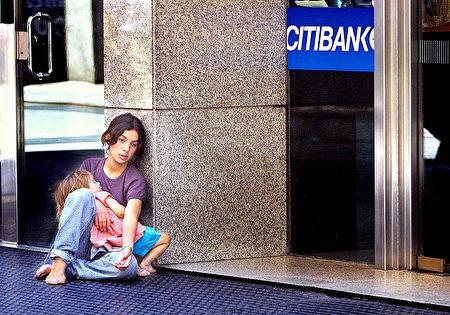 一位帶著孩子乞討的年輕媽媽 (DANIEL GARCIA/AFP/Getty Images)