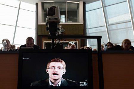 2014年6月,NSA举报人斯诺登通过视频会议向欧盟官员讲话。(Frederick Florin/AFP/Getty Images)