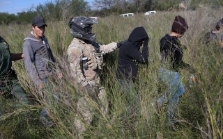 今年以来,美墨边境中国大陆偷渡者数量激增。图为美国边境巡逻队在美墨边境抓捕偷渡者。(John Moore/Getty Images)