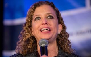 美国民主党国会议员正在加紧商讨,罢免该党全国委员会女主席舒尔茨(图)的计划,诱因是她无力统一党内意见,而且与总统参选人桑德斯的分歧日渐加深,损伤民主党在大选中的地位。(Andrew Burton/Getty Images)
