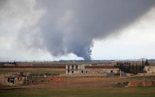在联军空袭下,以及油价下跌、周边国家打击走私,IS来自石油的年收入估计减半至2.5亿美元左右。(GEORGE OURFALIAN/AFP/Getty Images)