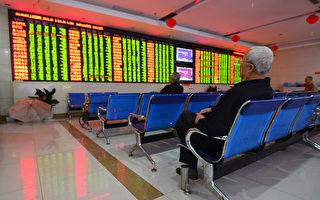 图为2016年4月20日,投资者坐在表示在安徽省阜阳一家证券公司股市走势屏幕前。 (STR/AFP/Getty Images)