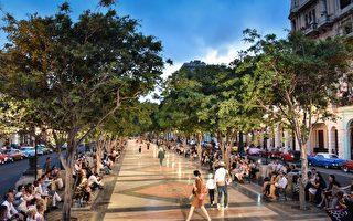 2016年5月3日,古巴首都哈瓦那市中心的普拉多大道首次成為法國品牌香奈兒的走秀舞臺。(ADALBERTO ROQUE/AFP/Getty Images)