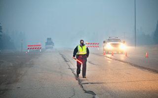 加拿大阿爾伯塔省麥克默里堡大火自上週日開始,週六晚和週日因天氣原因依然在蔓延,下週當地天氣轉涼、濕度增長,情況或有好轉。但當地消防官員表示,大火可能要延燒幾個月,可能會抵達臨近的薩省。(Scott Olson/Getty Images)