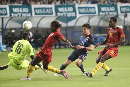 日本国奥足球队5月11日在一场友谊赛中以3-0完胜加纳国家队。图为上半场30分钟,前锋富㭴敬真射门得分。(GettyImages)