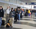 5月16日芝加哥奧黑而國際機場,排隊等待安檢的旅客。(Scott Olson/Getty Images)