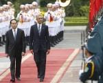 美国总统奥巴马周一(5月23日)对越南进行历史性访问之际,宣布解除长达32年的对越南的武器禁运。  (KHAM/AFP/Getty Images)