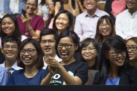 越南一位年輕領袖在向奧巴馬提問後,對他的回答報以開心的大笑。(JIM WATSON/AFP/Getty Images)