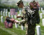 国殇日美国人在阿灵顿公墓纪念在战争中丧生的美国军人。 (BRENDAN SMIALOWSKI/AFP/Getty Images)