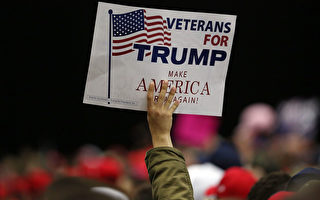 5月27日美国圣地亚哥川普竞选集会上,一位支持者手举标牌,上面写道:老兵支持川普竞选。(Spencer Platt/Getty Images)