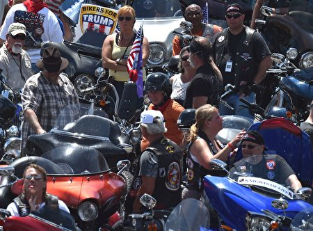 Motorcyclists participating in the Rolling Thunder XXIX Ride For Freedom park in the Pentagon parking lot May 29, 2016 shortly before parading through Washington, DC, to raise awareness for American Prisoners of War and warriors currently missing in action. / AFP / PAUL J. RICHARDS (Photo credit should read PAUL J. RICHARDS/AFP/Getty Images)