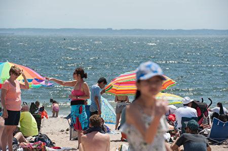 5月29日,纽约又迎来了炎热的一天,康尼岛海边满是消暑的市民。(Stephanie Keith/Getty Images)