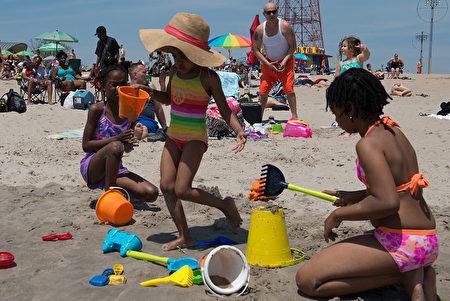 5月29日,纽约康尼岛终于正式向市民开放了,沙滩上满是消暑的市民。(Stephanie Keith/Getty Images)