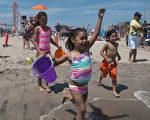 5月29日,纽约康尼岛终于正式向市民开放了,孩子们迫不及待地冲向海水。(Stephanie Keith/GettyImages)
