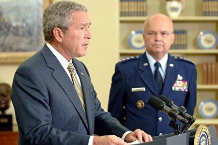 2006年5月8日,海登出席小布什總統在橢圓形辦公室的一次發布會。(Roger Wollenberg-Pool/Getty Images)