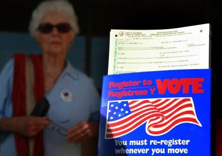 5月23日是加州6月7日总统大选初选选民注册的截止日期。据pe.com报道,在截止日前一天(22日),南加新登记选民暴增。图为提醒选民搬家后重新登记的标语。 (Justin Sullivan/Getty Images)