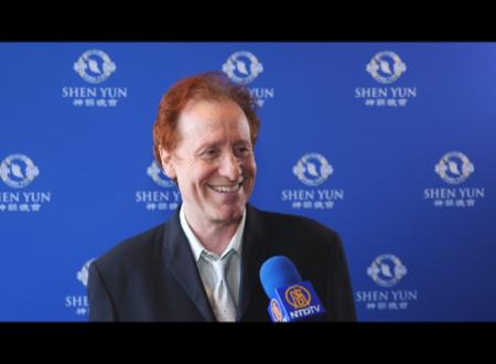 曾获得三次艾美奖的获奖制片人Craig Huxley于2016年4月24日(星期日)下午观赏神韵纽约艺术团在洛杉矶微软剧场的下午场演出。(新唐人电视台提供)