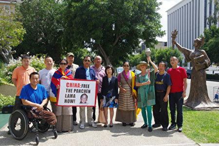 南加藏人协会主席Yangchen Gakyil(前排左二)等也到场支持,并再度为20年前失踪的当时年仅6岁的十一世班禅喇嘛呼吁。(刘菲/大纪元