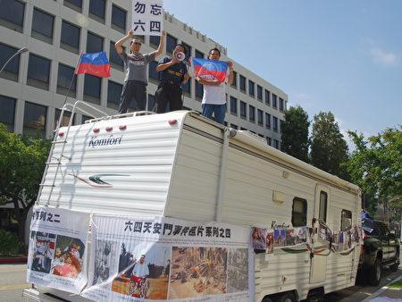 中共国家恐怖主义暴行图片展览车。(刘菲/大纪元)
