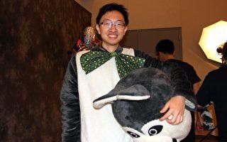 今年将从东洛杉矶社区学校转学到柏克莱的李昊宇在自己的转学庆典上仍穿着吉祥物服饰赚取打工费。(徐绣惠/大纪元)