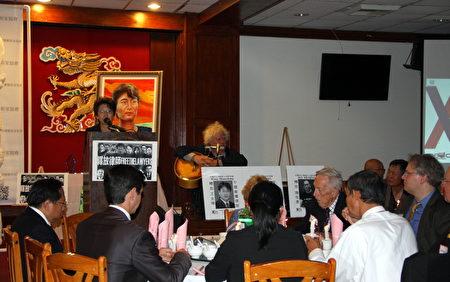 洛杉矶人权组织视觉艺术家协会(Visual Artists Guild)会长刘雅雅在晚宴上发言。(徐绣惠/大纪元)