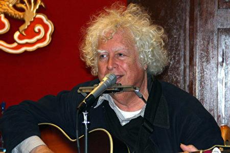美国民歌乐手罗斯•奥特曼(Ross Altman)演唱了他于1989年所谱写的纪念六四歌曲《天安门广场》。(徐绣惠/大纪元)