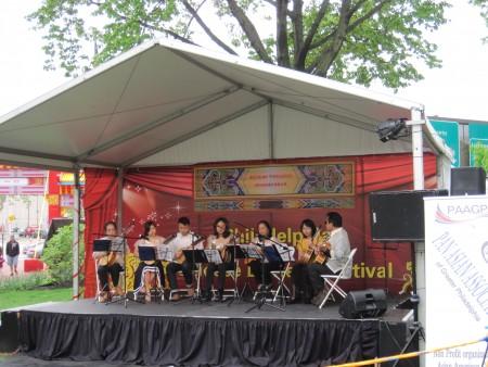 菲律賓民間藝術協會成員演奏菲律賓民族樂器。(楊茜/大紀元)