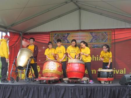 費城太陽隊成員表演打鼓。(楊茜/大紀元)
